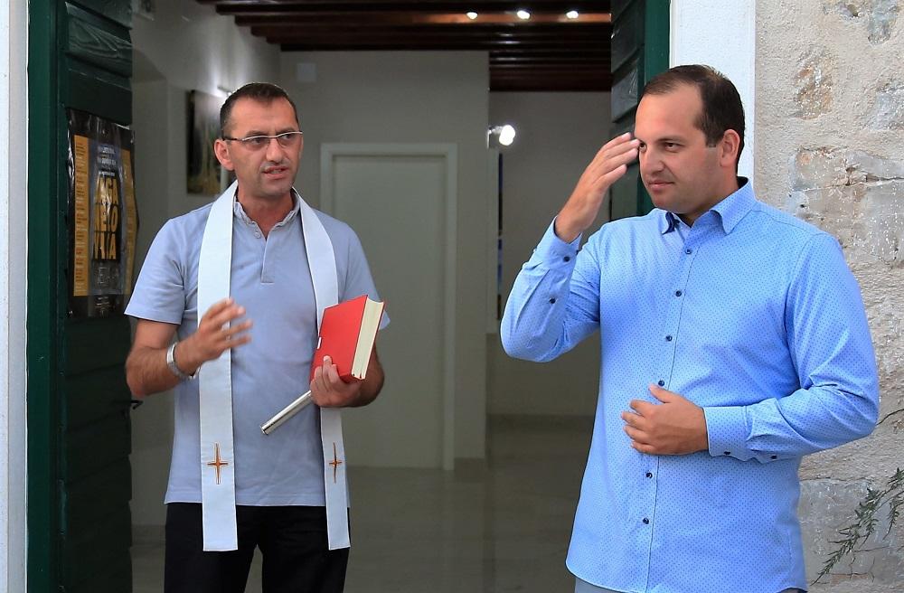 Jezerski župnik don Tuna Jozić i načelnik Općine Tisno Ivan Klarin zajedno su se pomolili (Foto: Rudinapress/H. Pavić)