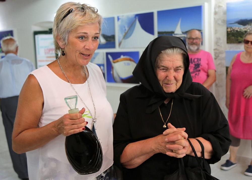 Ravnateljica Silvija Čurić i Zorka Milin Ungar - na otvaranje je donijela bocu svoje orahovice (Foto: Rudinapress/H. Pavić)