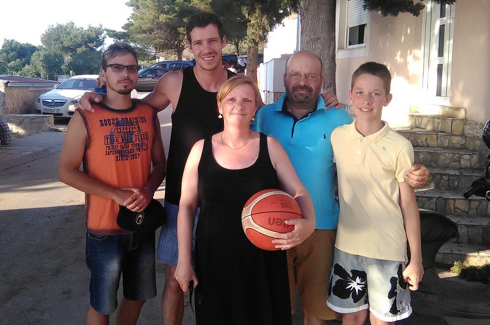 Sa slavnim košarkašem slikala se cijela obitelj Pirija