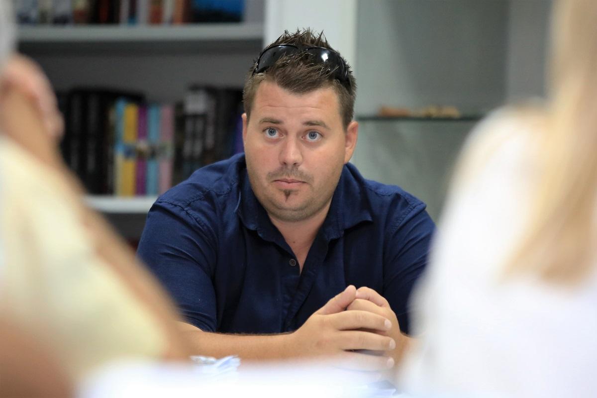 Toni Turčinov objasnio je vijećnicima korake ka rješavanju problema opskrbe Murtera električnom energijom (Foto: Rudinapress/H. Pavić)