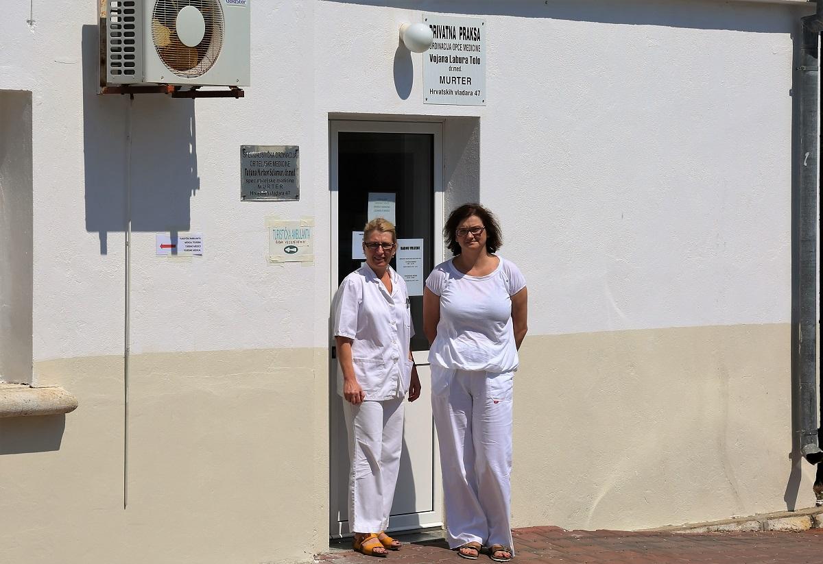 Dr. Tatjana Markov-Salamun i dr. Branka Prančić ispred ordinacije opće obiteljske medicine (Foto: Rudinapress/H. Pavić)