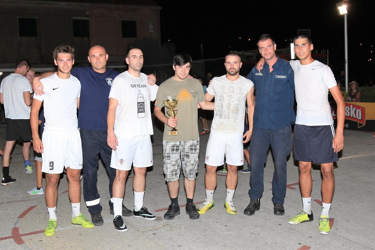 Pobjednici su predali pehar Krsti Lučiću, bratu stradalog tišnjanskog vatrogasca Josipa Lučića (Foto: Rudinapress/H. Pavić)