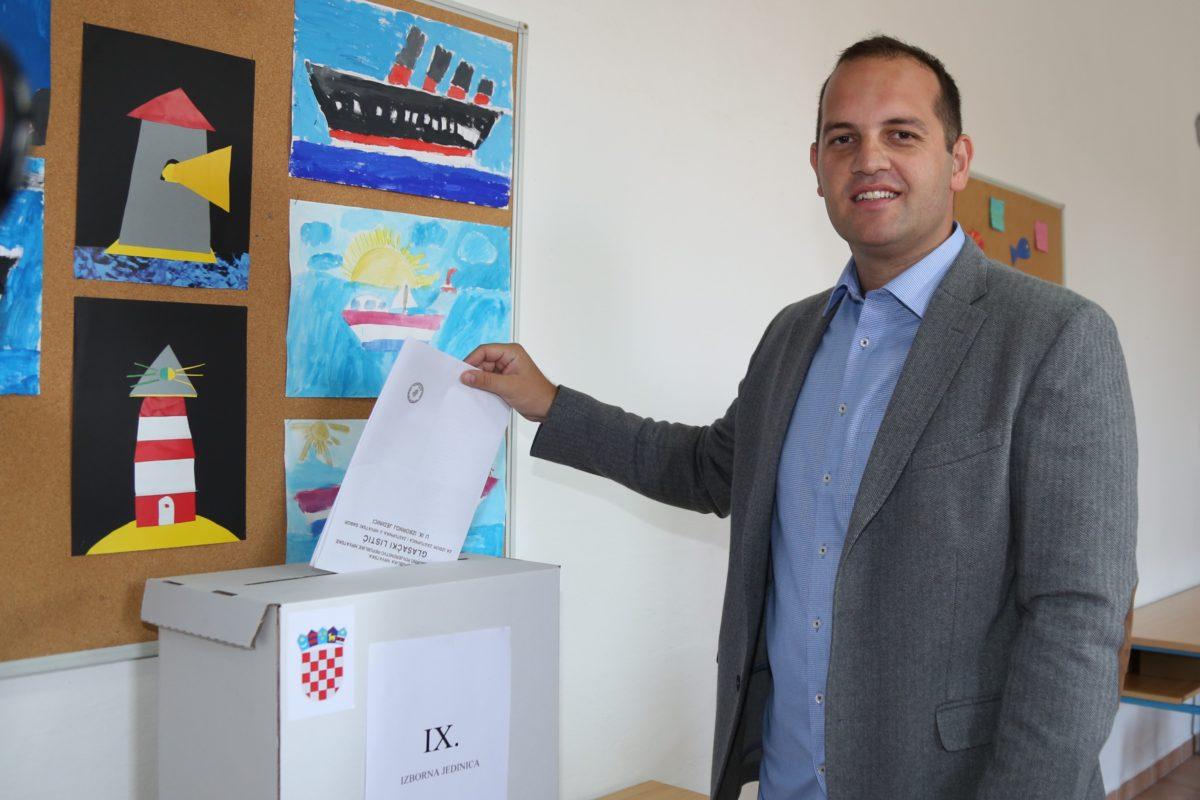 Glasačko mjesto Ivana Klarina je u Jezerima u školi (Foto. Rudinapress/H. Pavić)