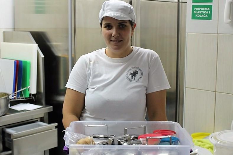 Kuharica Doma za starije osobe Tisno, u kutijama spremljeno jelo za dostavu (Foto: Rudinapress/S. Henjak)