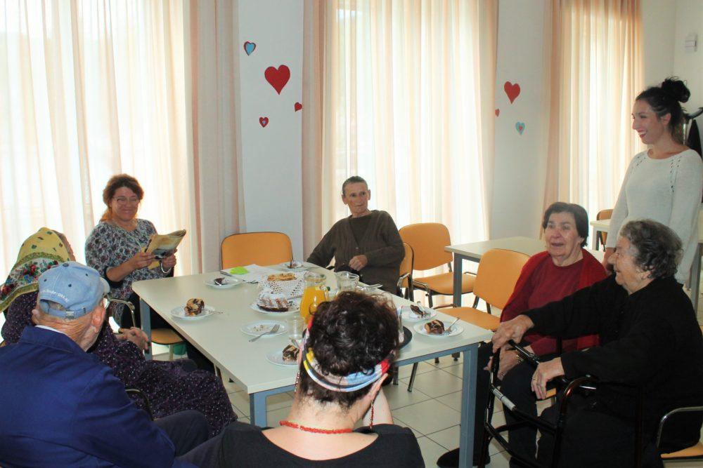Čitam sto na sat - korisnici Doma za starije i nemoćne Tisno u društvu knjižničarke Mirele Klarin (Foto: Rudinapress/S. Henjak)