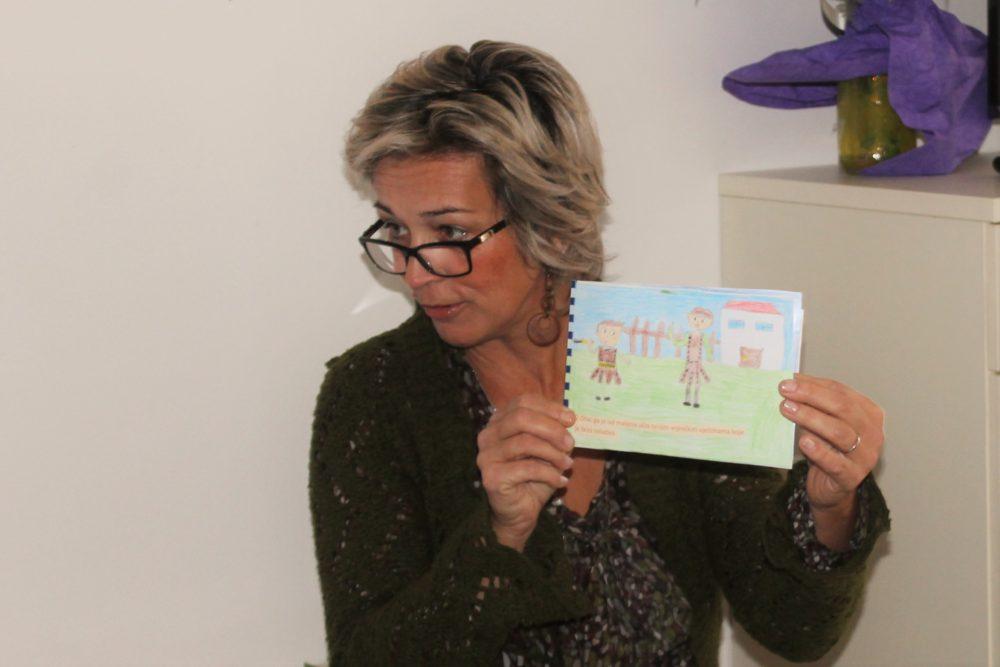 Silvija Ćurić pokazuje slikovnicu štićenicima Doma (Foto: Rudinapress/S. Henjak)