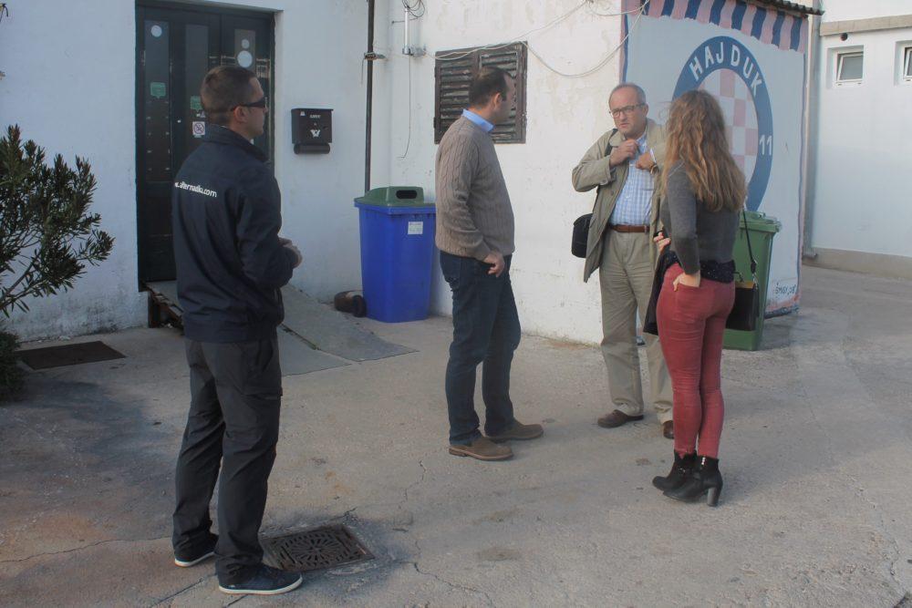 Ivan Klarin, Jadran Kale, Kate Šikić Čubrić i Nikša Pirjak ispred planirane nove općinske ustanove u Jezerima (Foto: Rudinapress/S. Henjak)