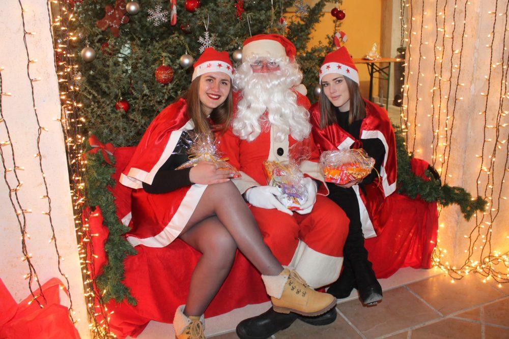 Djed Božićnjak i njegove pomoćnice (Foto: Rudinapress/S. Henjak)