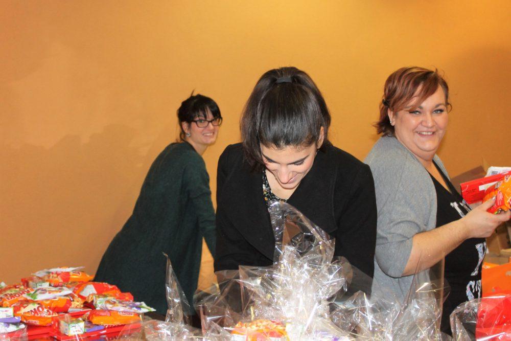 Pomoćnice Djeda Božićnjaka pakiraju poklon pakete (Foto: Rudinapress/S. Henjak)