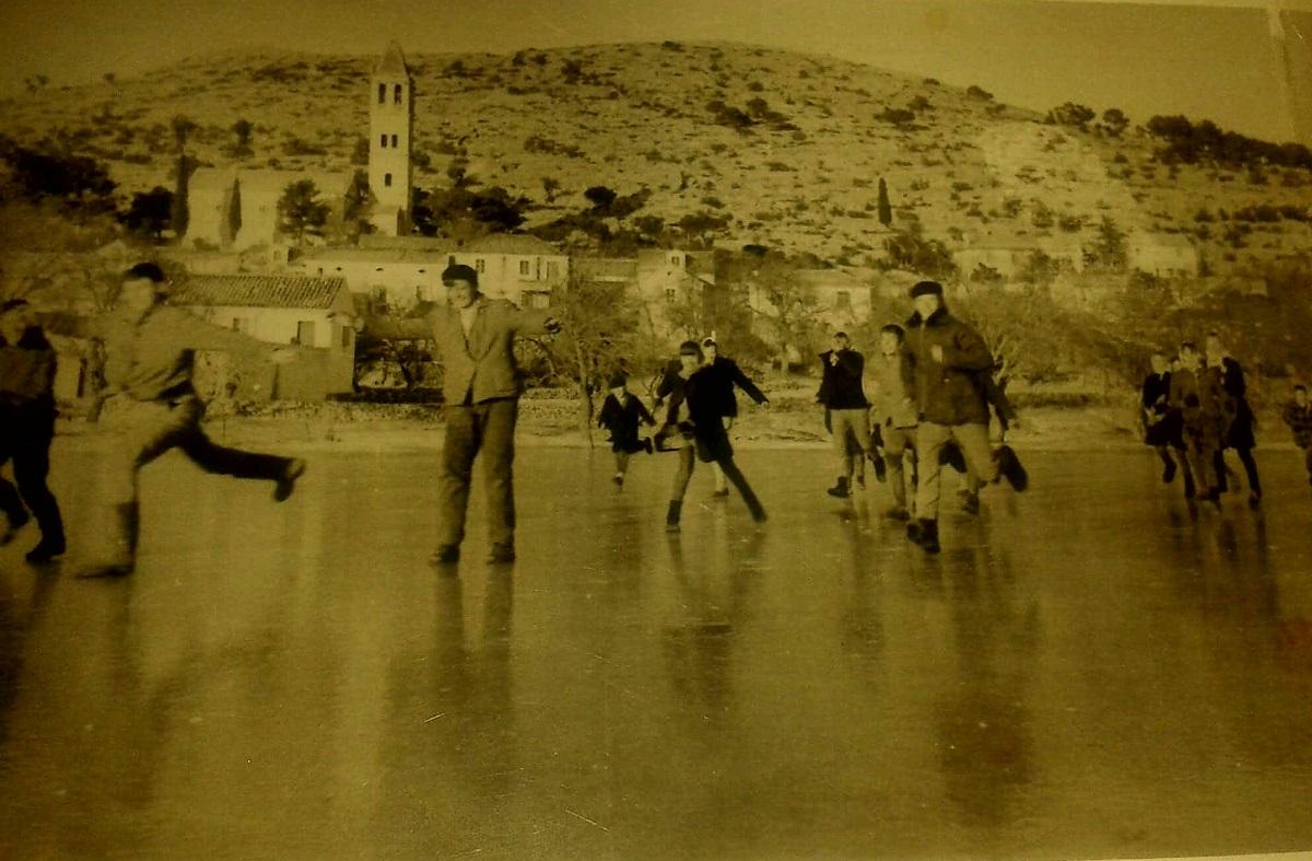 Klizanje je tradicija koju su ustanovili još prajezerani - fotografija s jezerske lokve iz 1863. godine
