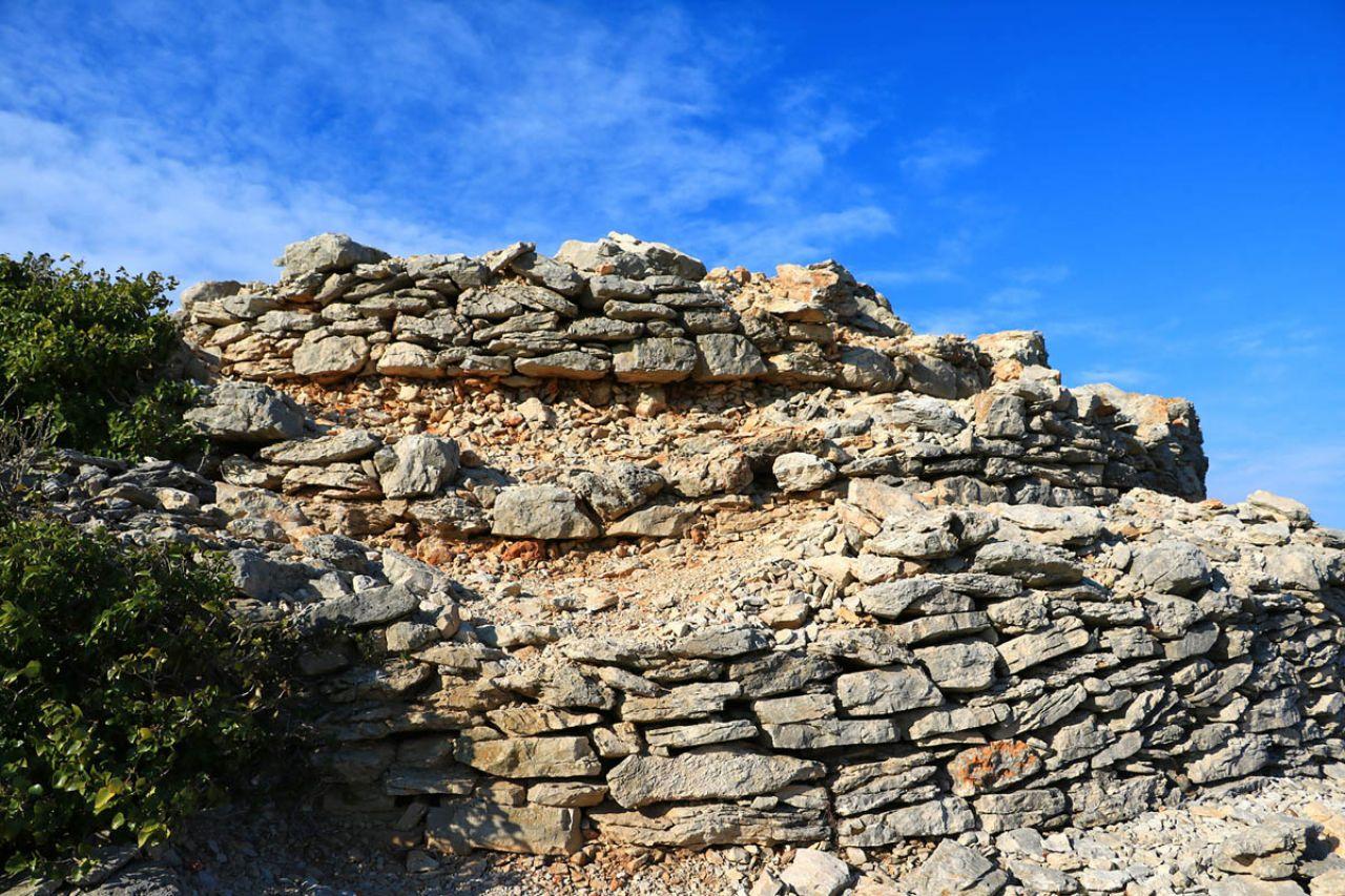 Zidovi kamene gomile urušavaju se gomila turista koje se bezobzirno na nju penju (Foto: Tisno.hr)